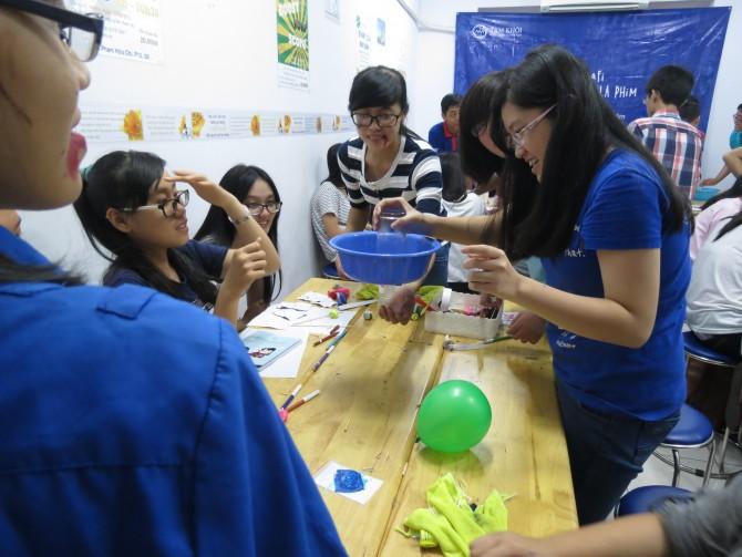 Các bạn học sinh nhấc bổng thành công chậu nhựa bằng một chiếc ly úp ngược.