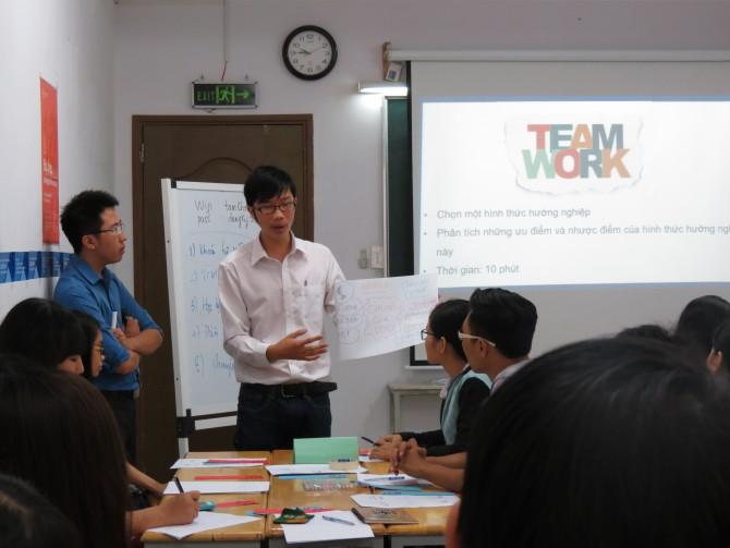 Giáo viên trình bày nội dung thảo luận nhóm trong buổi chuyên đề. Ảnh: Tam Khôi
