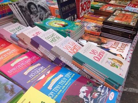 """Giữa """"ma trận"""" sách hiện nay, các em cần được trang bị kỹ năng đọc, chọn sách. Ảnh: VGP/Nguyệt Hà"""