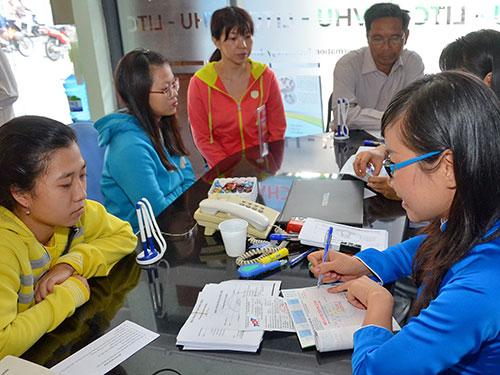Thí sinh nộp hồ sơ xét tuyển vào Trường ĐH Văn Hiến năm 2014Ảnh: Tấn Thạnh