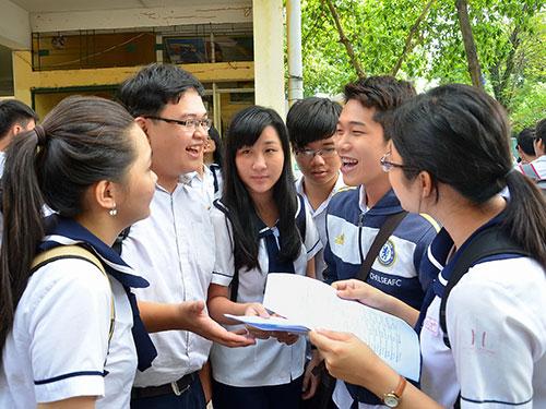 Thí sinh ở TP HCM trao đổi về đề thi sau một buổi thi tốt nghiệp THPT năm 2014. Ảnh: Tấn Thạnh