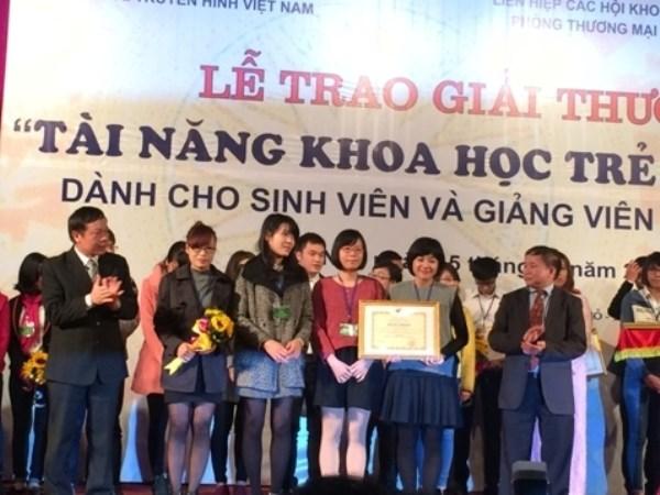 Nguyệt Minh cùng các thành viên trong nhóm nhận bằng khen của Bộ Giáo dục và Đào tạo. (Ảnh: Đại học Kinh tế quốc dân)