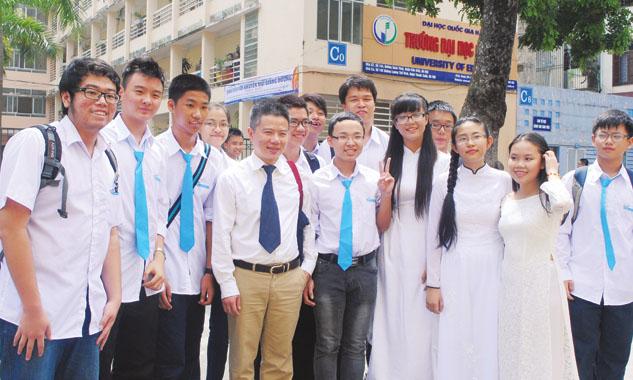 GS Ngô Bảo Châu với sinh viên.
