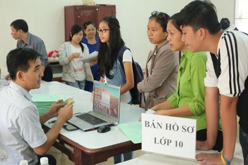 Phụ huynh và học sinh nộp hồ sơ lớp 10 năm học 2014-2015 - Ảnh: Đào Ngọc Thạch