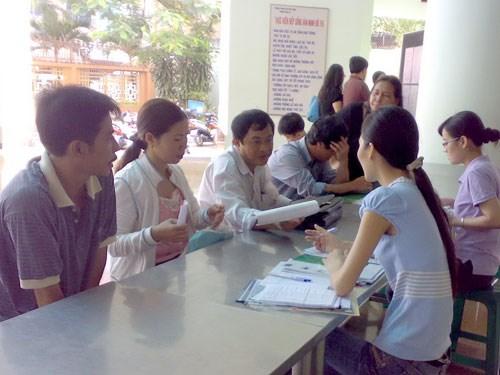 Các giáo viên đang tư vấn chọn lớp 10 cho phụ huynh - Ảnh: Thanh Hiếu