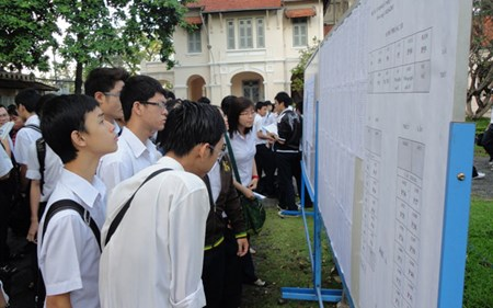 Thí sinh theo dõi thông tin phòng thi phục vụ kỳ thi vào Trường THPT chuyên Lê Hồng Phong (TP.HCM).  (Ảnh: Q.H)