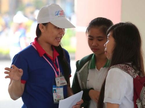 Các tình nguyện viên sẽ hỗ trợ thí sinh mọi lúc mọi nơi - Ảnh: Đào Ngọc Thạch