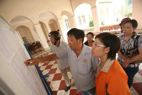 Phụ huynh xem điểm thi của con em tại Trường THPT chuyên Lê Hồng Phong  - Ảnh: Đào Ngọc Thạch