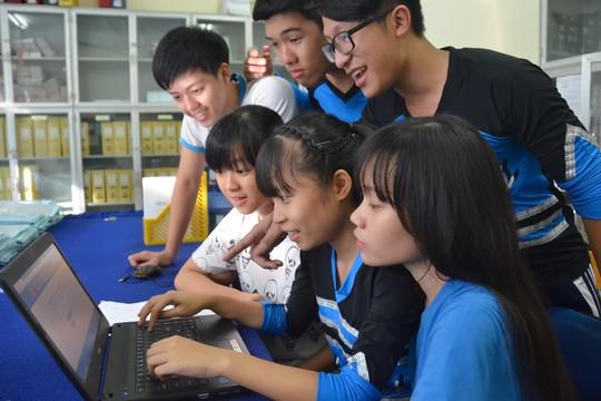 Học sinh Trường THPT Mạc Đĩnh Chi (TP HCM) tra cứu điểm thi THPT quốc gia chiều 22-7. Ảnh: Tấn Thạnh