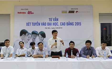 Các đại biểu tham dự buổi Tư vấn xét tuyển vào ĐH, CĐ 2015 do Báo Sinh viên tổ chức tối 5/8.