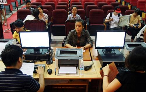 Thí sinh nộp hồ sơ ĐKXT đợt 1 tại TrườngĐH Kinh tế Quốc dân.