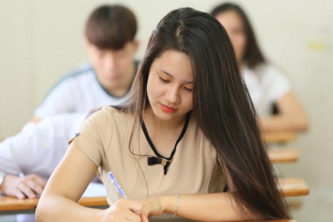 Thí sinh dự thi THPT quốc gia 2015 làm thủ tục trước giờ thi - Ảnh: Như Hùng