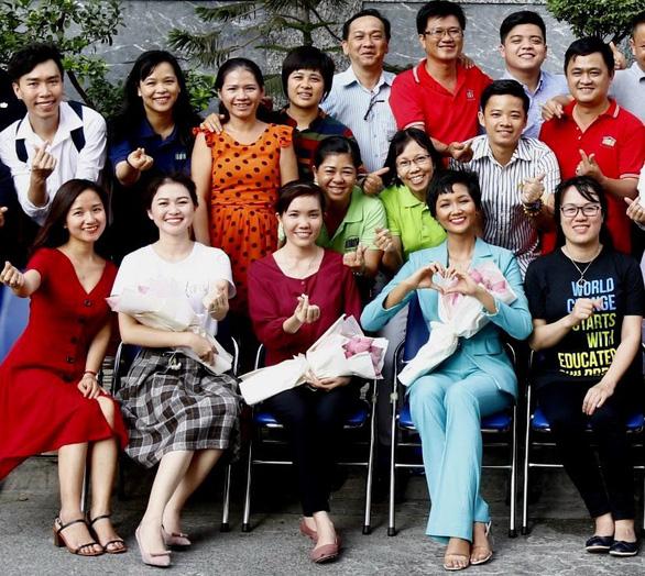 Tây Thi (hàng ngồi, giữa) cùng hoa hậu H'hen Niê trao đổi kỹ năng sống do Room to Read tổ chức - Ảnh: RtR